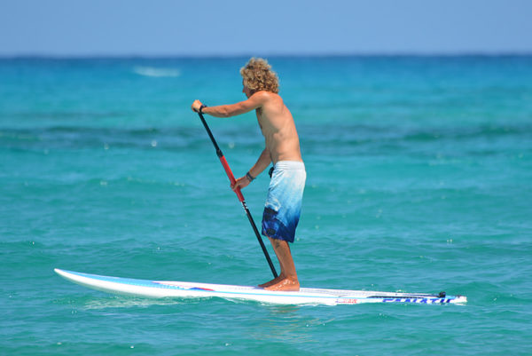 Homme paddle mer turquoise
