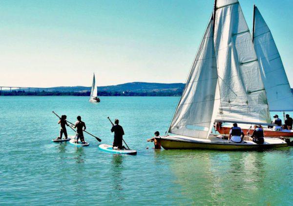 Groupe paddles et voiliers eau turquoise